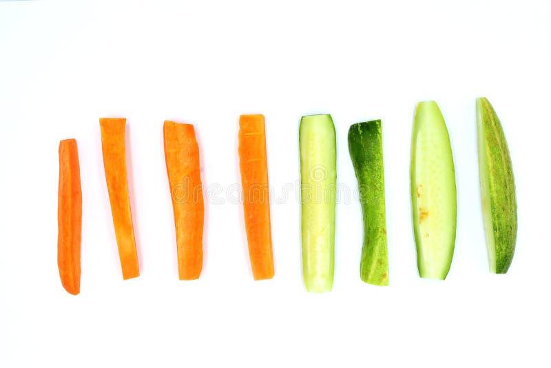 Tranche fraîche de concombre et de carottes d'isolement sur le fond blanc images libres de droits