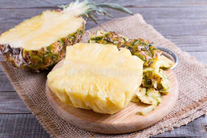 Tranche fraîche de fruit d'ananas et d'ananas sur la table en bois images libres de droits