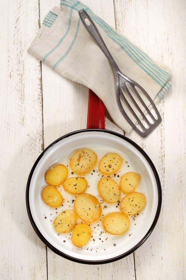 Tranche frite de pomme de terre dans une casserole images libres de droits