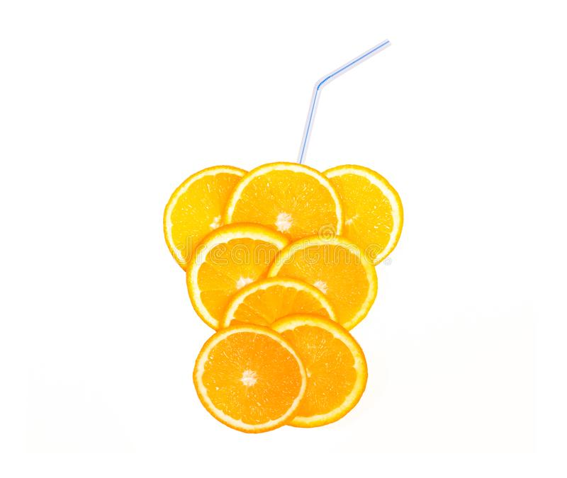Tranche juteuse du concept orange et frais de boissons, limonade de fruit avec des pailles d'isolement sur un fond blanc photo stock