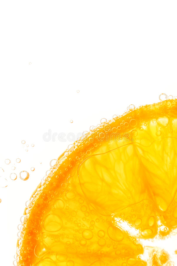 Tranche orange fraîche dans l'eau avec des bulles image libre de droits
