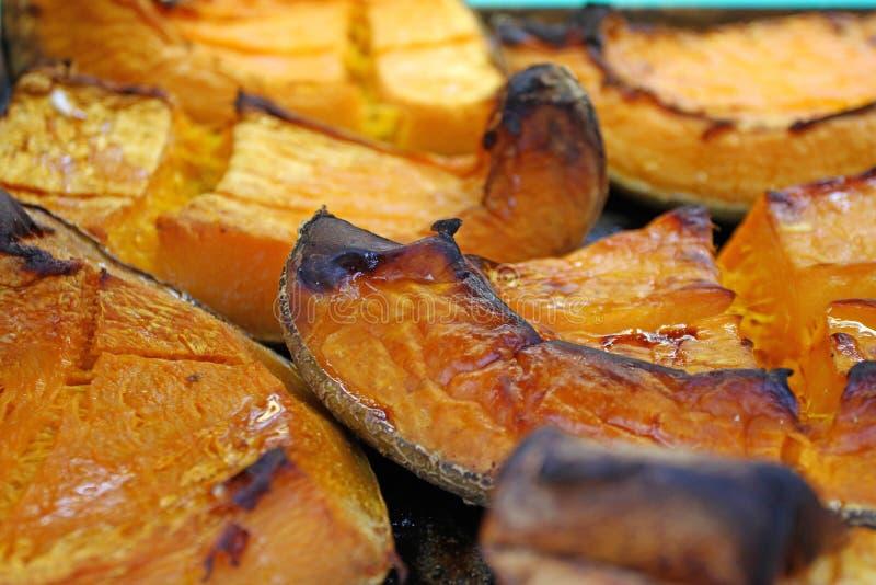 Tranche organique de potiron cuite au four pour des vacances de Halloween Fond cuit au four coloré de courge Modèle de texture de images libres de droits