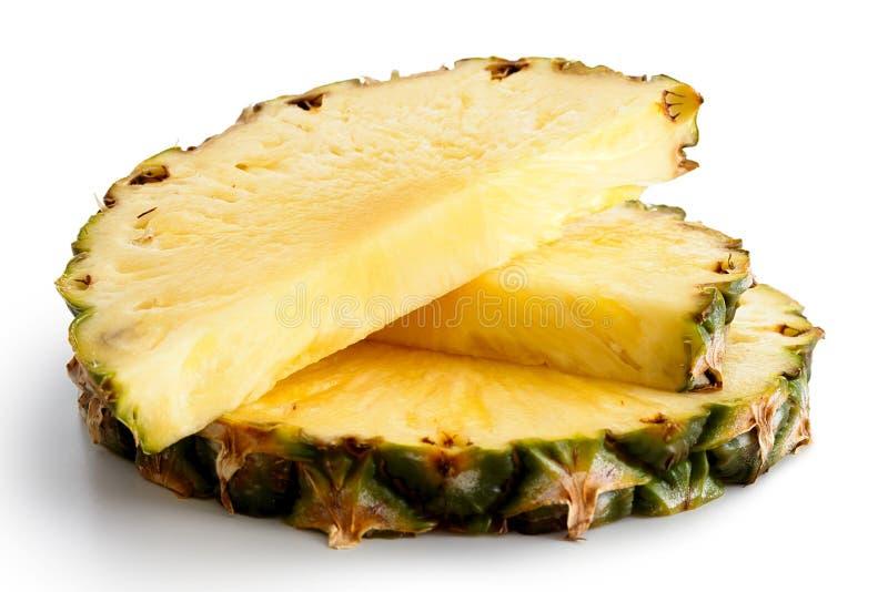 Tranche ronde d'ananas et deux moitiés avec la peau images stock