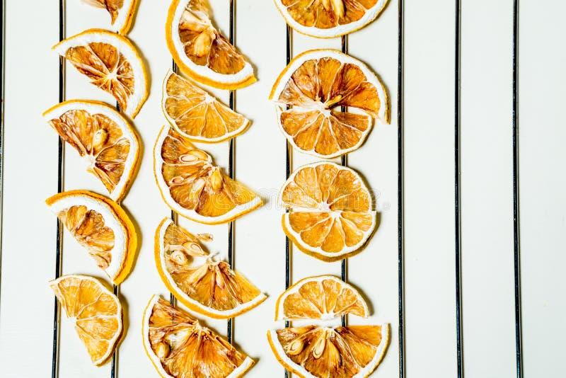 Tranche sèche de citron d'isolement sur la table blanche empilée ensemble photo libre de droits