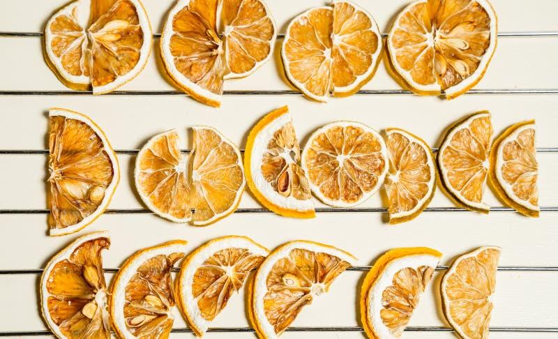 Tranche sèche de citron d'isolement sur la table blanche empilée ensemble photographie stock libre de droits