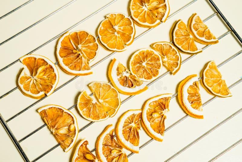 Tranche sèche de citron d'isolement sur la table blanche empilée ensemble photos stock