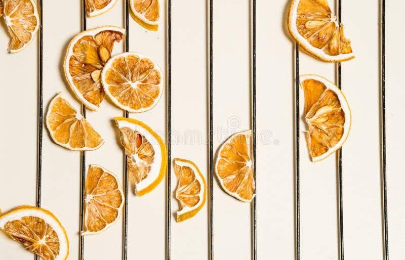 Tranche sèche de citron d'isolement sur la table blanche empilée ensemble images stock