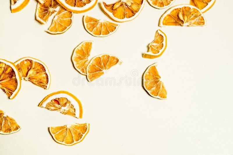 Tranche sèche de citron d'isolement sur la table blanche empilée ensemble photo stock