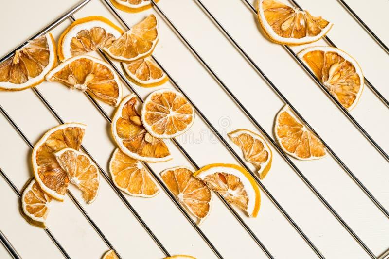 Tranche sèche de citron d'isolement sur la table blanche empilée ensemble image stock