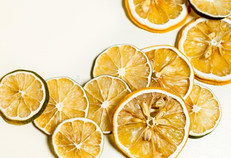 Tranche sèche de citron empilée ensemble d'isolement avec le fond blanc Tranche sèche de citron avec les graines sèches à l'intér photographie stock libre de droits