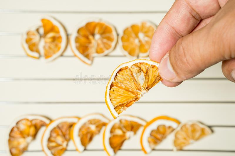 Tranche sèche de citron sur la table blanche empilée ensemble photographie stock