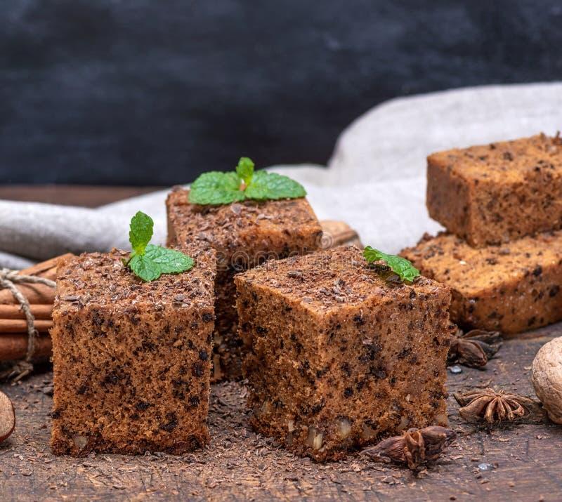 Tranches carrées d'écrous d'un whith de tarte sur un conseil en bois photo stock