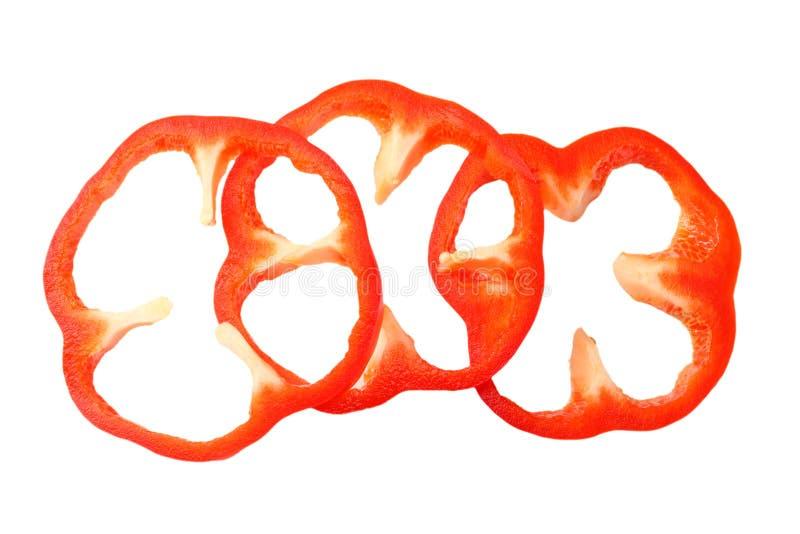 tranches coupées de paprika doux rouge d'isolement sur la vue supérieure de fond blanc photo stock