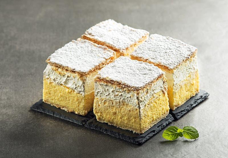 Tranches crèmes de gâteau images libres de droits