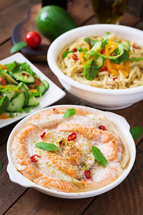 Tranches cuites au four de poissons rouges et blancs avec le jus de miel et de limette images libres de droits
