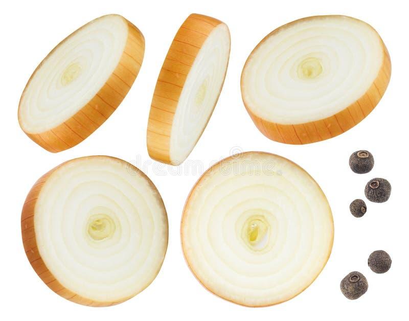 Tranches d'oignon et poivre noir d'isolement sur le fond blanc image libre de droits