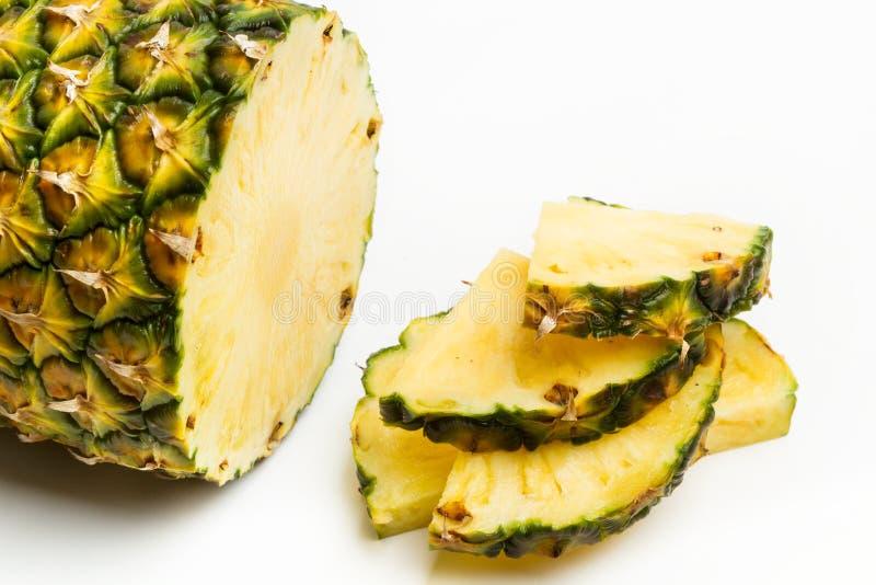 Tranches d'un ananas délicieux et juteux photos libres de droits