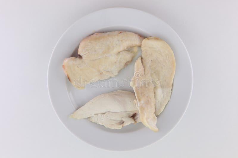 Tranches d'un poulet frit dans un petit plat photographie stock libre de droits