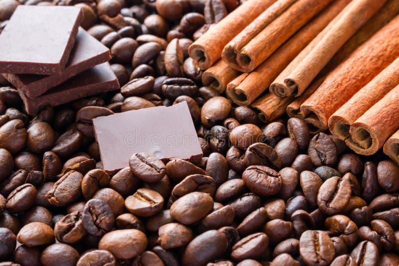 Tranches de chocolat foncé sur le fond des bâtons de cannelle photos libres de droits