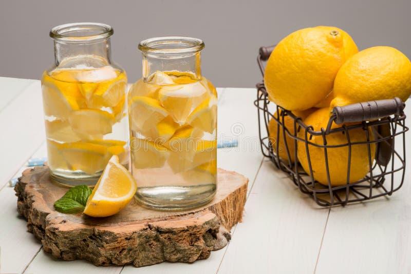 Download Tranches De Citron Et De Chaux Dans Des Pots Image stock - Image du sain, lumière: 76090407