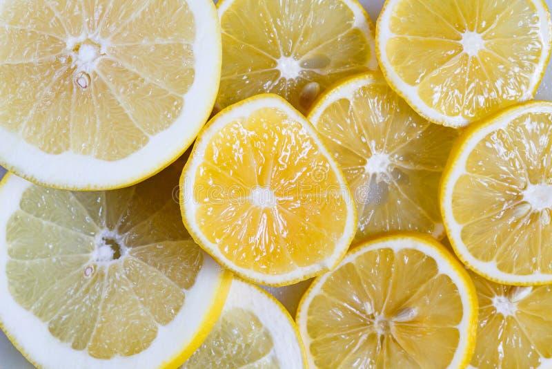Tranches de citron et de plan rapproché orange Vitamine C en agrumes Fond jaune de fruit photographie stock