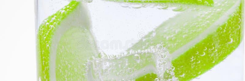 Tranches de citron juteux frais dans le cocktail avec de l'eau clair comme de l'eau de roche images stock