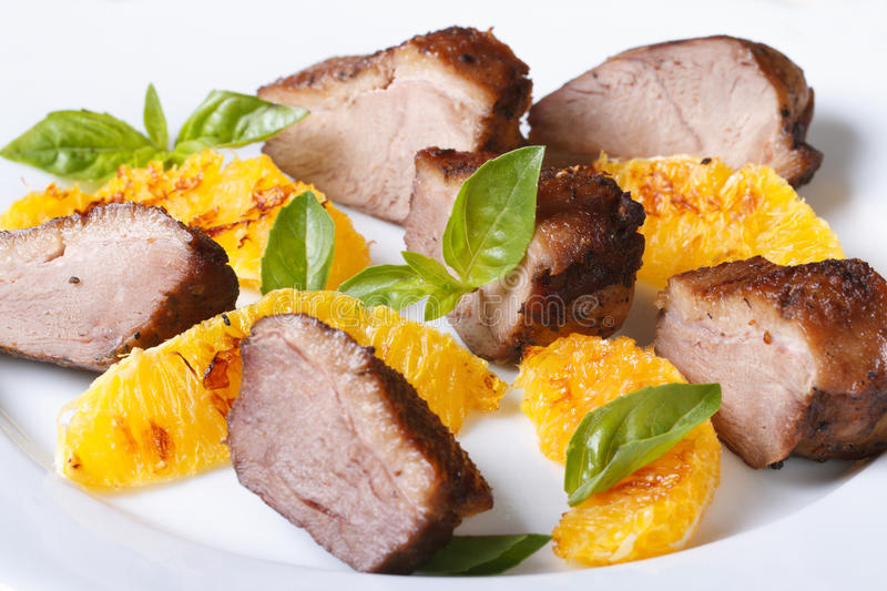 Tranches de filet rôti de viande de canard avec l'orange et le basilic photo libre de droits