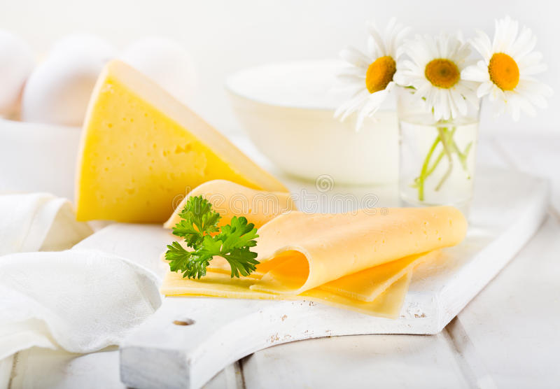 Tranches de fromage avec le persil photo libre de droits