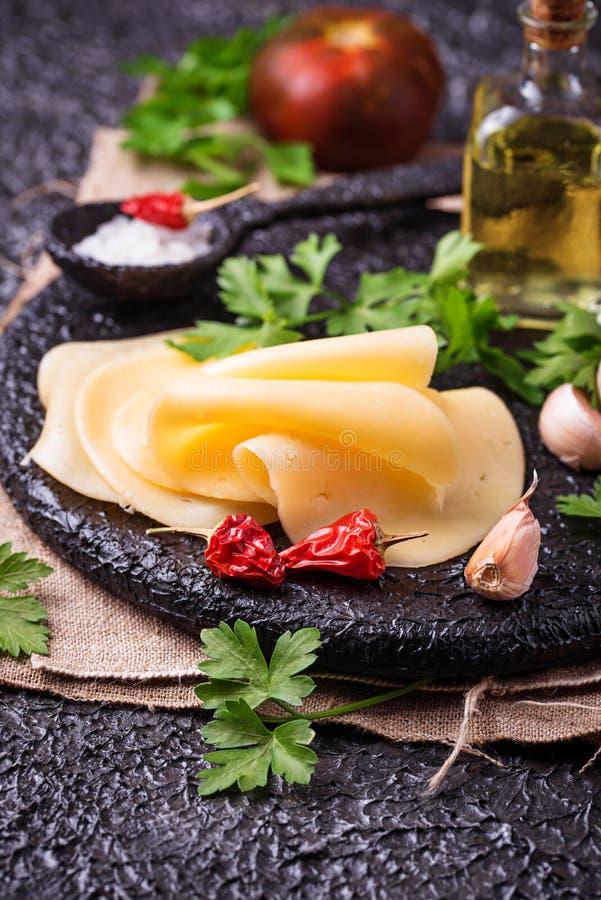 Tranches de fromage sur le panneau de fonte photo libre de droits