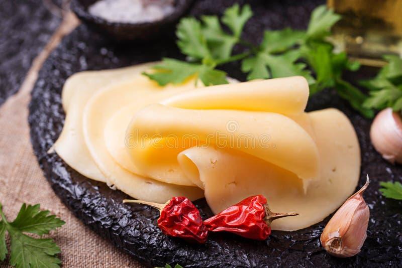 Tranches de fromage sur le panneau de fonte photos libres de droits