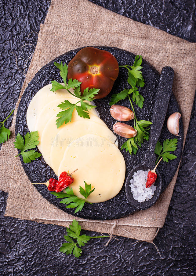 Tranches de fromage sur le panneau de fonte image stock