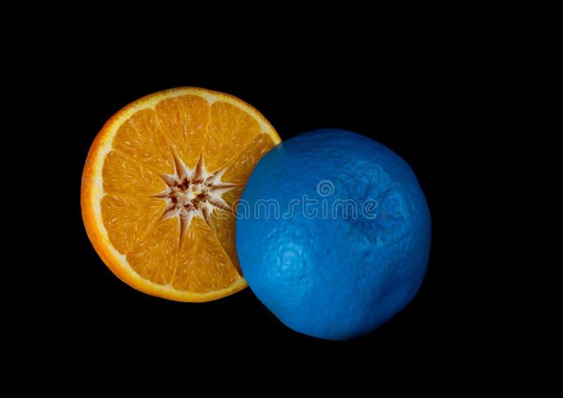 Tranches de fruit orange d'agrume frais bleu et orange image libre de droits