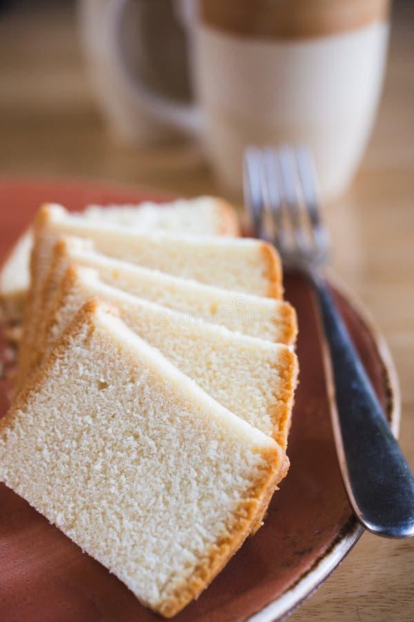 Tranches de gâteau mousseline avec le thé photos stock