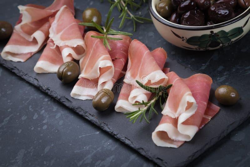 Tranches de jambon de prosciutto trait? photographie stock libre de droits
