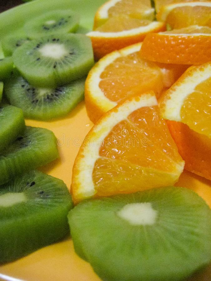 Tranches de kiwi et d'orange d'un plat photographie stock