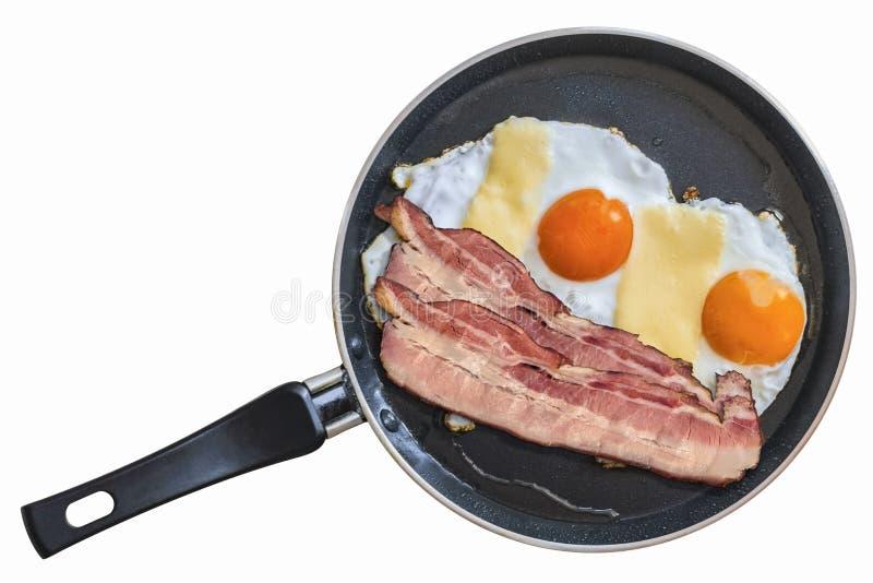 Tranches de lard et oeufs de lard de ventre en téflon faisant frire Pan Isolated photographie stock libre de droits