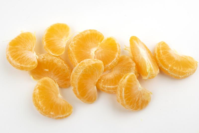 Tranches de mandarines sur un fond blanc image libre de droits