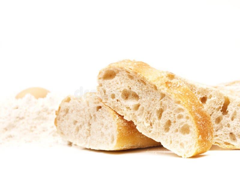 Tranches de pain de croûte avec de la farine photo stock