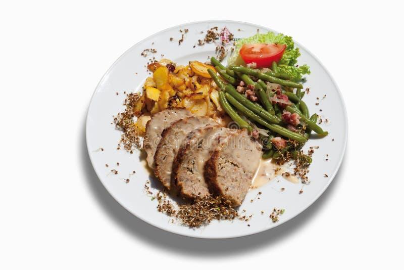 tranches de pain de viande avec les pommes de terre et les haricots verts frits dans le plat. Black Bedroom Furniture Sets. Home Design Ideas