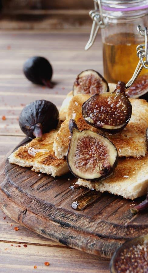 Tranches de pain grillé avec les figues et le miel images libres de droits