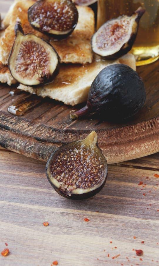 Tranches de pain grillé avec les figues et le miel photos libres de droits
