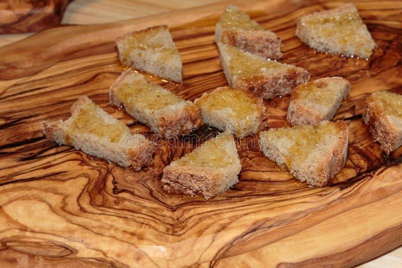 Tranches de pain Grilled avec l'huile d'olive, casse-croûte italien images libres de droits