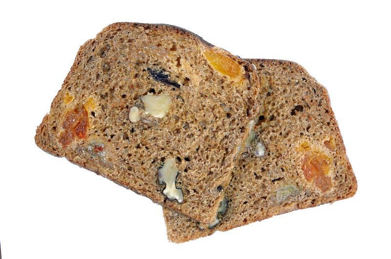 Tranches de pain noir de seigle avec les fruits secs et les écrous d'isolement sur le blanc photo stock