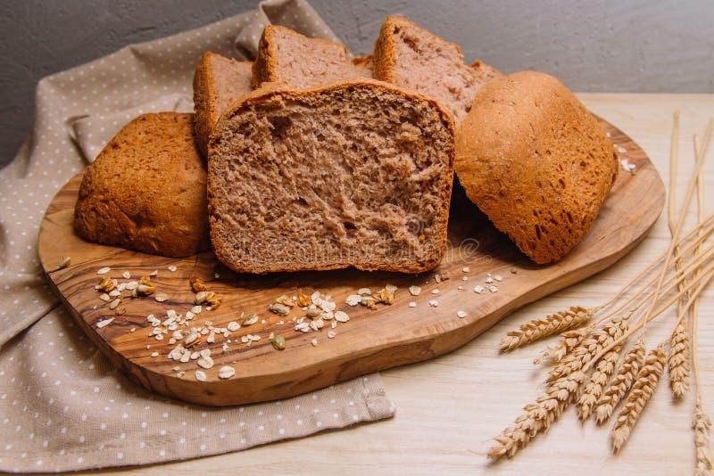 Tranches de pain sur un conseil en bois images libres de droits