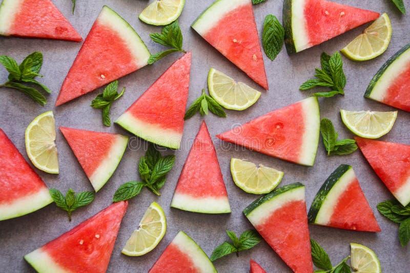 Tranches de pastèque, de citron et feuilles en bon état vertes Vue supérieure, configuration plate images libres de droits