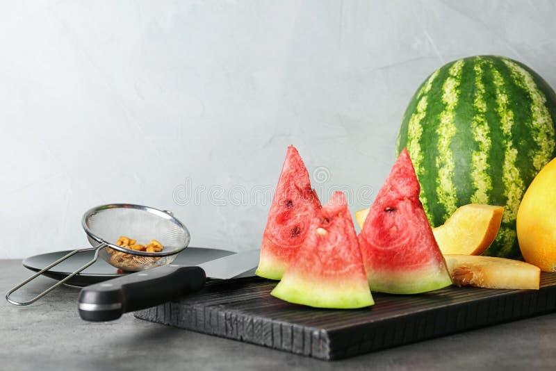 Tranches de pastèque et de melon sur la planche à découper photographie stock