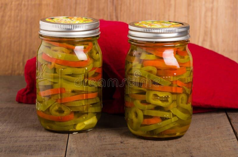 Tranches de piment en boîte dans des pots de maçon photos libres de droits