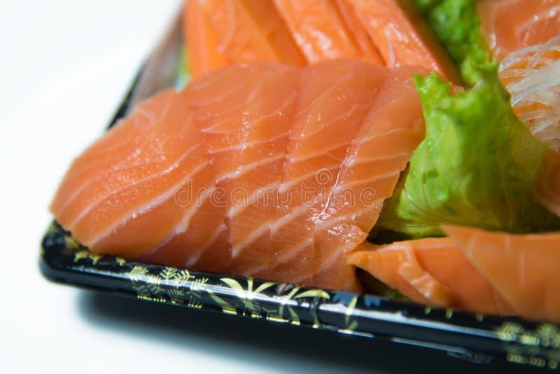 Tranches de plan rapproché saumoné cru de shashimi photos libres de droits