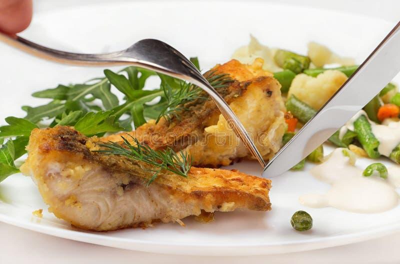 Tranches de poissons frits de rivière avec des légumes images libres de droits