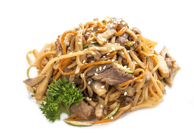 Tranches de poulet fait maison avec des nouilles et des carottes d'oeufs en sauce à huître Déjeuner asiatique photo stock